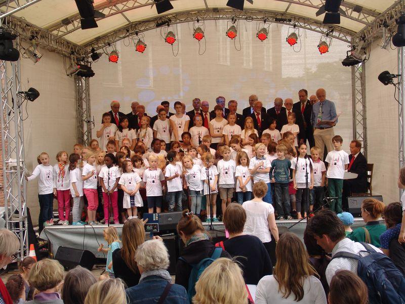 Gemeinsames singen beim Fest Katharina feiert