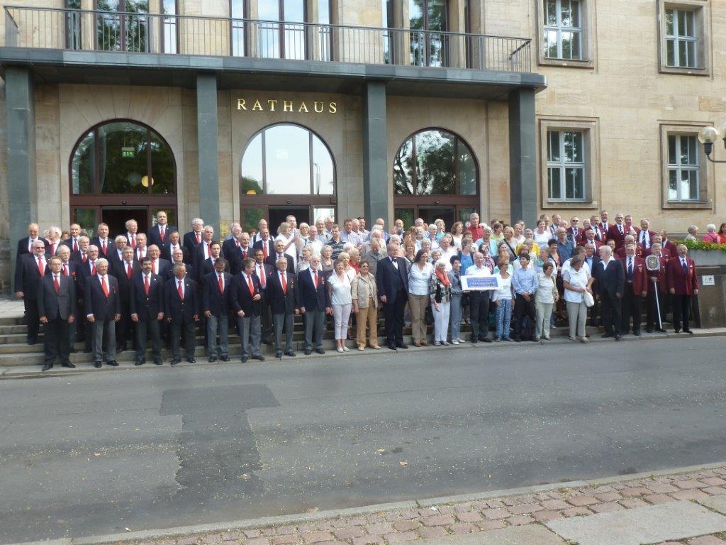 Gruppenbild vor dem neuen Rathaus