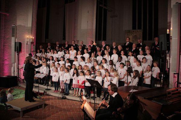 Alle singen gemeinsam unter der Leitung von Frau Paap